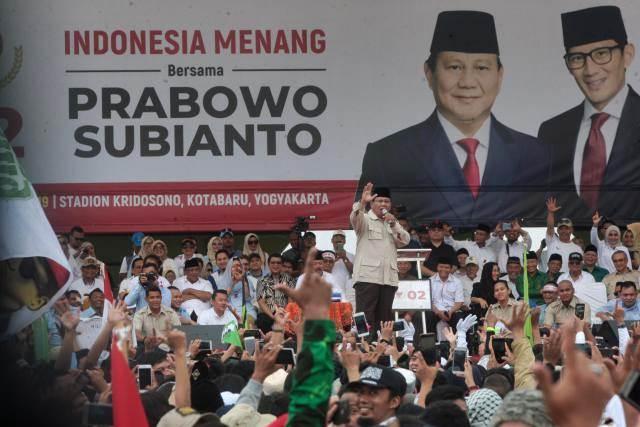 Calon Presiden nomor urut 02 Prabowo Subianto memberikan orasi politik saat kampanye akbar bertajuk