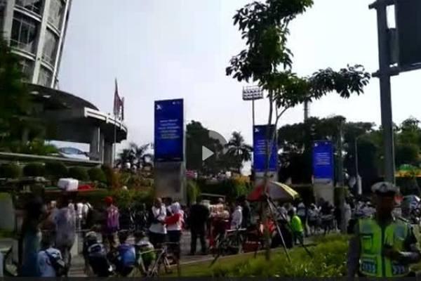Suasana di pintu utama Gelora Bung Karno (GBK) depan FX Sudirman Jakarta mulai dipadati massa kampanye akbar terakhir pasangan nomor urut 01 Joko Widodo-Ma'ruf Amin yang bertajuk