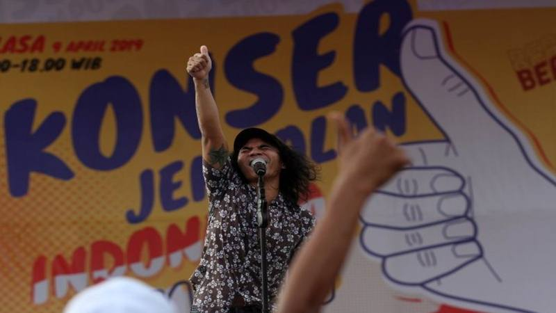 Vokalis grup musik Slank, Kaka menghibur simpatisan nomor urut 01 pasangan calon presiden dan wakil presiden Joko Widodo- Ma'ruf Amin, saat kampanye akbar di Padang, Sumatera Barat, Selasa (9/4/2019). - Antara