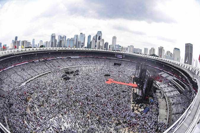 Relawan dan simpatisan pasangan Capres dan Cawapres nomor urut 01 Joko Widodo - KH Ma'ruf Amin menghadiri Konser Putih Bersatu di Stadion Utama Gelora Bung Karno (GBK), Jakarta, Sabtu (13/4/2019). - ANTARA/Muhammad Adimaja