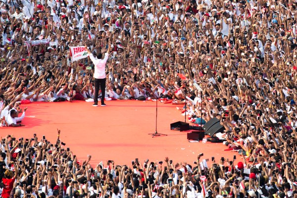 Calon presiden petahana 01 Joko Widodo menyapa para pendukungnya saat Konser Putih Bersatu di Stadion Utama Gelora Bung Karno (GBK), Jakarta, Sabtu (13/4/2019). - ANTARA FOTO/Widodo S. Jusuf