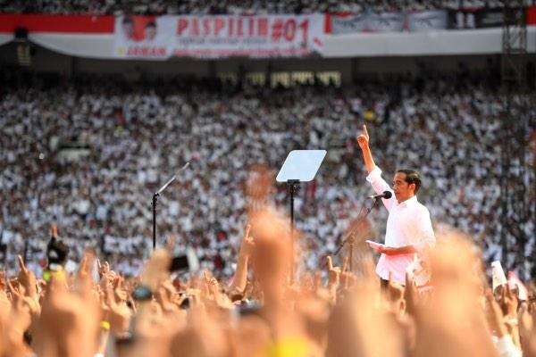 Calon presiden nomor urut 01 Joko Widodo berpidato saat Konser Putih Bersatu di Stadion Utama GBK, Jakarta, Sabtu (13/4/2019). Konser itu merupakan kampanye akbar untuk memenangkan pasangan Jokowi-Ma'ruf Amin. - ANTARA FOTO/Akbar Nugroho Gumay