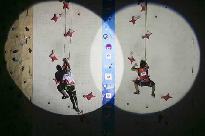 Atlet panjat tebing Indonesia Aspar Jaelolo (kiri) beradu kecepatan dengan atlet panjat tebing China Long Cao (kanan) saat perebutan juara tiga Kejuaraan Dunia Panjat Tebing di Moskwa, Rusia, pada Jumat (12/4/2019). Aspar berhasil mendapatkan juara tiga pada nomor speed. - Antaera/Hendra Nurdiyansyah