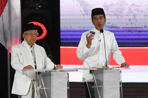 Pasangan capres-cawapres nomor urut 01 Joko Widodo (kiri) dan Ma'ruf Amin mengikuti debat kelima Pilpres 2019 di Hotel Sultan, Jakarta, Sabtu (13/4/2019). - ANTARA FOTO/Wahyu Putro A