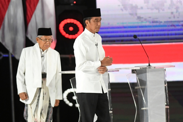 Pasangan capres-cawapres nomor urut 01 Joko Widodo (kiri) dan Ma'ruf Amin mengikuti debat kelima Pilpres 2019 di Hotel Sultan, Jakarta, Sabtu (13/4/2019). - ANTARA FOTO/Wahyu Putro