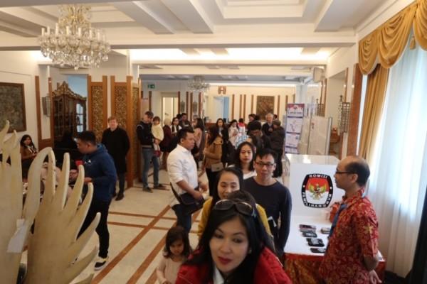 WNI di Wina Austria mengantri untuk nyoblos di Pemilu 2019 - Andhina Wulandari