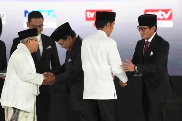 Pasangan capres-cawapres nomor urut 01 Joko Widodo (kedua kiri) dan Ma'ruf Amin (kiri) serta pasangan nomor urut 02 Prabowo Subianto (kedua kanan) dan Sandiaga Uno (kanan) bersiap mengikuti debat kelima Pilpres 2019 di Hotel Sultan, Jakarta, Sabtu (13/4/2019).  - ANTARA FOTO/Wahyu Putro
