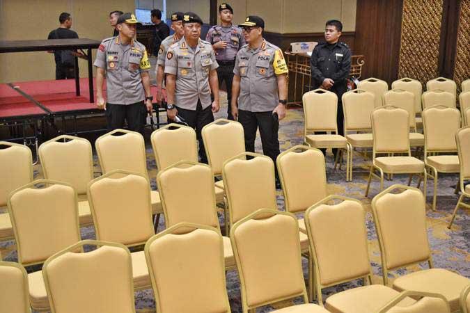 Sejumlah petugas kepolisian memantau persiapan lokasi Debat Pilpres 2019 putaran kelima di Hotel Sultan, Jakarta, Jumat (12/4/2019). - ANTARA/Aditya Pradana Putra