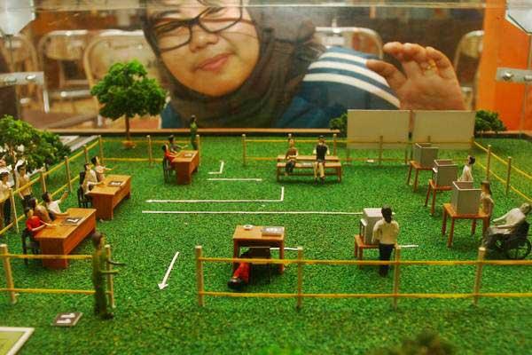 Ilustrasi-Warga mengamati miniatur Tempat Pemungutan Suara (TPS) yang berisi tahapan pada hari pencoblosan Pemilu Presiden (Pilpres) dan Pemilu Legislatif (Pileg) 2019 yang dibuat oleh KPU di Serpong, Tangerang Selatan, Banten, Rabu (9/1/2019). - ANTARA/Muhammad Iqbal