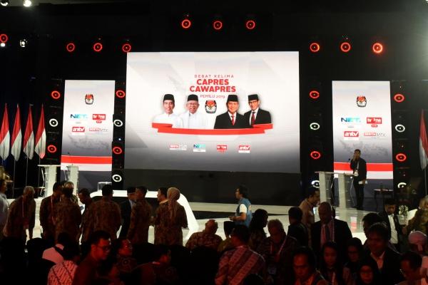 Suasana debat kelima Pilpres 2019 yang diikuti pasangan capres-cawapres nomor urut 01 Joko Widodo dan Ma'ruf Amin serta pasangan nomor urut 02 Prabowo Subianto dan Sandiaga Uno di Hotel Sultan, Jakarta, Sabtu (13/4/2019). - ANTARA FOTO/Wahyu Putro