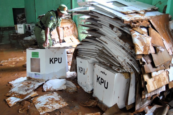 Petugas Hansip membawa kotak surat suara Pemilu 2019 yang rusak akibat terkena banjir di Gedung GOR Serbaguna, Ciseeng, Kabupaten Bogor, Jawa Barat, Senin (15/4/2019) - ANTARA FOTO/Arif Firmansyah