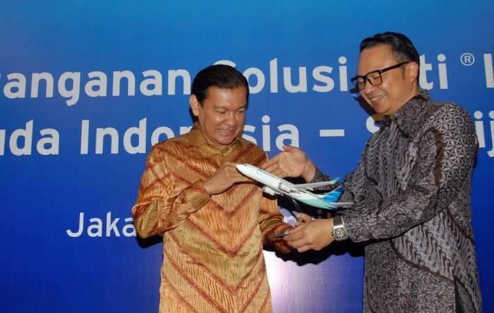 CEO Citi Indonesia Batara Sianturi (kiri) bersama CEO Garuda Indonesia I Gusti Ngurah Askhara Danadiputra mengamati replika pesawat, usai penandatanganan kerja sama, di Jakarta, Senin (15/4/2019). - Bisnis/Endang Muchtar
