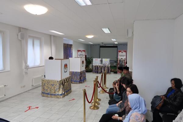 Warga Negara Indonesia (WNI) yang berada di Kota Wina, Austria antusias mengikuti pemungutan suara dengan mendatangi Tempat Pemungutan Suara (TPS) yang disediakan di kantor KBRI Wina, Sabtu (13/4/2019). - Bisnis/Andhina Wulandari