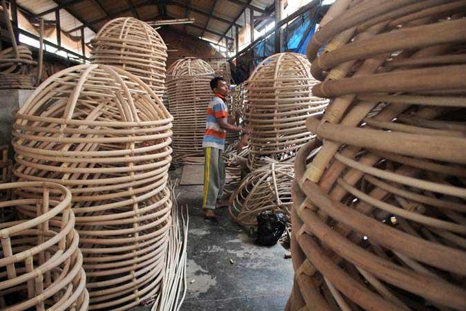 Pekerja menyelesaikan pembuatan kursi pantai berbahan rotan di Tegal Wangi, Cirebon, Jawa Barat, Selasa (12/2/2019). - ANTARA FOTO/Dedhez Anggara