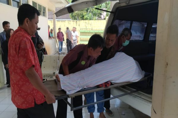 Petugas RSUD Wonogiri mengusung jenazah Sugimin, caleg Partai Golkar Sragen, ke mobil ambulans untuk dibawa ke RSUD dr. Moewardi Solo, Selasa (16/4/2019). (Solopos - Rudi Hartono)