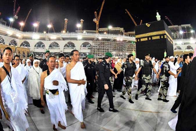 Presiden Joko Widodo (ketiga kiri) melakukan tawaf ketika ibadah umrah di Masjidil Haram, Makkah, Arab Saudi, Senin (15/4/2019). Memasuki masa tenang Pemilu 2019, Presiden Jokowi beserta keluarga melaksanakan ibadah umrah di Makkah. - Setpres/Laily Rachev