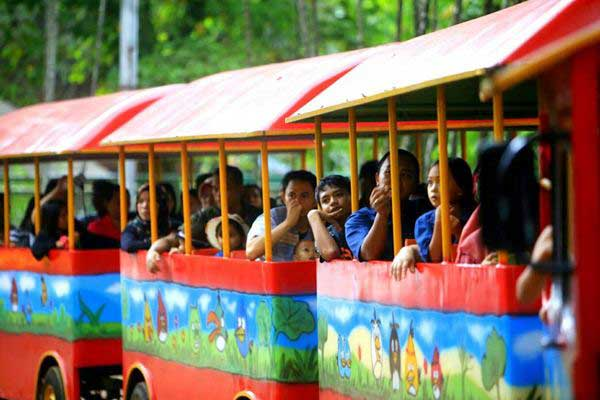 Wisatawan mengunjungi Taman Margasatwa Ragunan, di Jakarta, Selasa (27/6). - JIBI/Nurul Hidayat