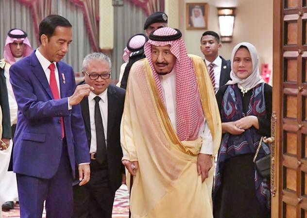Presiden Joko Widodo (kedua kiri) didampingi Ibu Negara Iriana Joko Widodo (kanan) bertemu dengan Raja Salman bin Abdulaziz al-Saud (kedua kanan) di Istana Pribadi Raja di Riyadh, Arab Saudi, Minggu (14/4/2019). - Sekretariat Presiden/Laily Rachev