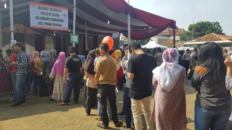 Antrean panjang pemilih terjadi di Tempat Pemungutan Suara (TPS) 62 yang akan menjadi lokasi Ketua Umum PDI Perjuangan Megawati Soekarnoputri menggunakan hak suaranya. JIBI/Bisnis - Lalu Rahardian
