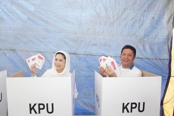 Gubernur Sumsel Herman Deru dan istri mendatangi TPS untuk pencoblosan Pemilu 2019 - Istimewa