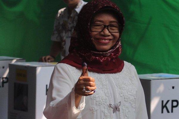 Ibunda Joko Widodo, Sujiatmi mencoblos di TPS 038 Kelurahan Manahan, Banjarsari, Solo, sekitar pukul 09.10 WIB. (Solopos/Sunaryo Haryo Bayu)
