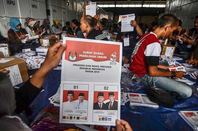 Petugas melipat surat suara Pemilihan Presiden dan Wakil Presiden di Gudang Logistik KPU Kota Tasikmalaya, Jawa Barat, Senin (11/2/2019). - ANTARA/Adeng Bustomi