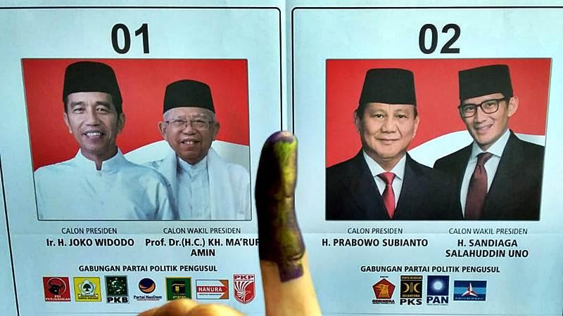 Warga memperlihatkan jarinya yang sudah dicelup tinta, usai mencoblos di salah satu Tempat Pemungutan Suara (TPS) Pemilu 2019. - Bisnis/Wahyu Darmawan
