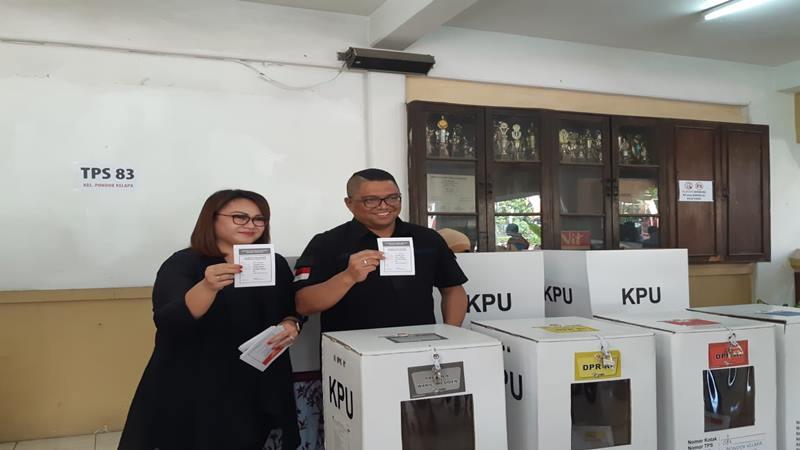 Komisioner Bawaslu Fritz Edward Siregar bersama istri menggunakan hak suaranya di TPS 83 di Pondok Kelapa, Duren Sawit, Jakarta Timur, Rabu (17/4/2019). JIBI/Bisnis - Denis Riantiza Meilanova
