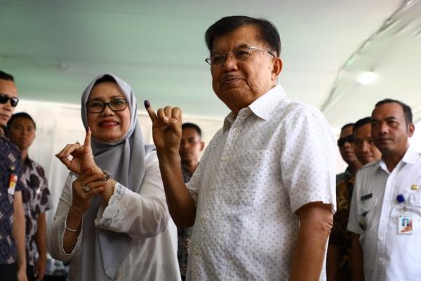 Jusuf Kalla dan istri Mufidah Kalla seusai memberikan suara - Istimewa