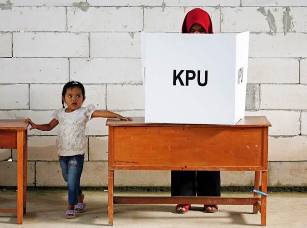 Warga menggunakan hak pilihnya saat Pemilu 2019, di Bogor, Jawa Barat, Rabu (17/4/2019). - Reuters/Willy Kurniawan