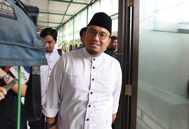 Koordinator Juru Bicara Badan Pemenangan Nasional (BPN) Prabowo-Sandiaga Uno, Dahnil Azhar berjalan saat tiba di PN Jakarta Selatan, Kamis (11/4/2019). - ANTARA/Muhammad Adimaja