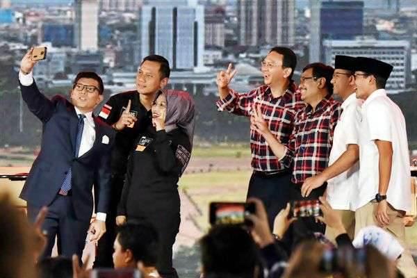 Pasangan Calon Gubernur dan Wakil Gubernur DKI Jakarta Agus Harimurti Yudhoyono (kedua kiri)-Sylviana Murni (ketiga kiri), Basuki Tjahaja Purnama (tengah)-Djarot Saiful Hidayat (ketiga kanan) dan Anies Baswedan (kedua kanan)-Sandiaga Uno (kanan) berswafoto dengan Moderator Alfito Deannova (kiri) usai debat ketiga Pilkada DKI Jakarta di Jakarta, Jumat (10/2/2017). - Antara/Akbar Nugroho Gumay