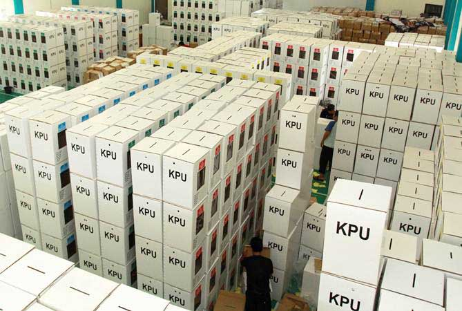 Relawan KPU mempersiapkan logistik untuk pelaksanaan Pemilu 2019 di gedung logistik KPU Tangerang Selatan di Pondok Aren, Tangerang Selatan, Banten, Rabu (10/4/2019). - ANTARA/Muhammad Iqbal