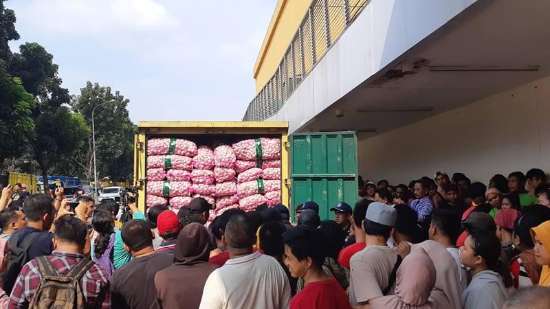 Kementerian Perdagangan bersama PT Mahkota Abadi Prima Jaya melakukan operasi pasar bawang putih di Pasar Induk Kramat Jati, Kamis (18/4/2019). - Bisnis/Yustinus Andri