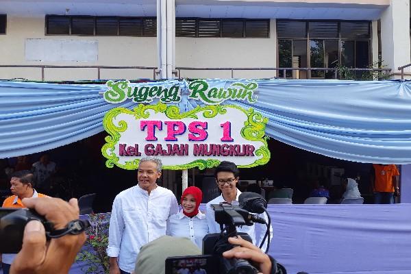 Ganjar Pranowo dan keluarga usai nyoblos - Yudi Supriyanto