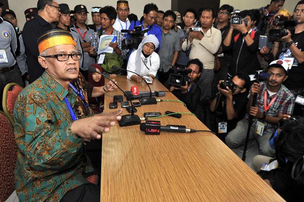 Ketua Umum PP Muhammadiyah terpilih Haedar Nashir (kiri) periode 2015-2020 - Antara/Yusran Uccang