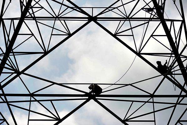 Pekerja memerbaiki jaringan listrik PLN. - Bloomberg/Dimas Ardian