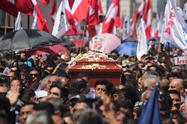 Kolega dan keluarga mantan Presiden Peru Alan Garcia membawa peti matinya sebelum pemakaman di Lima, Peru, Jumat (19/4/2019). Garcia tewas setelah menembak dirinya sendiri dan Pemerintah Peru memberlakukan masa berkabung selama 3 hari. - Reuters/Guadalupe Pardo