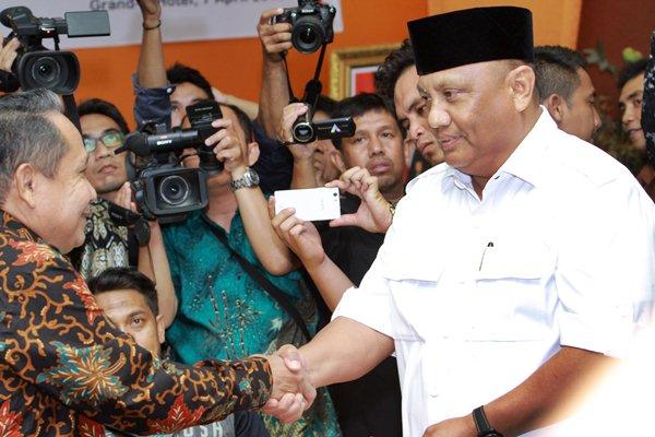 Gubernur Gorontalo terpilih Rusli Habibie (kanan) menerima surat keputusan penetapan dari Ketua KPU Provinsi Gorontalo Muhammad N Tuli (kiri) saat rapat pleno terbuka penetapan di Kota Gorontalo, Gorontalo, Jumat (7/4). - Antara/Adiwinata Solihin
