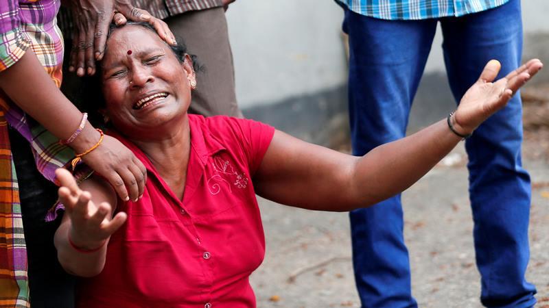 Kerabat korban ledakan di St. Anthony's Shrine, Gereja Kochchikade, menangis di kamar jenazah kepolisian di Kolombo, Sri Lanka 21 April 2019. - Reuters