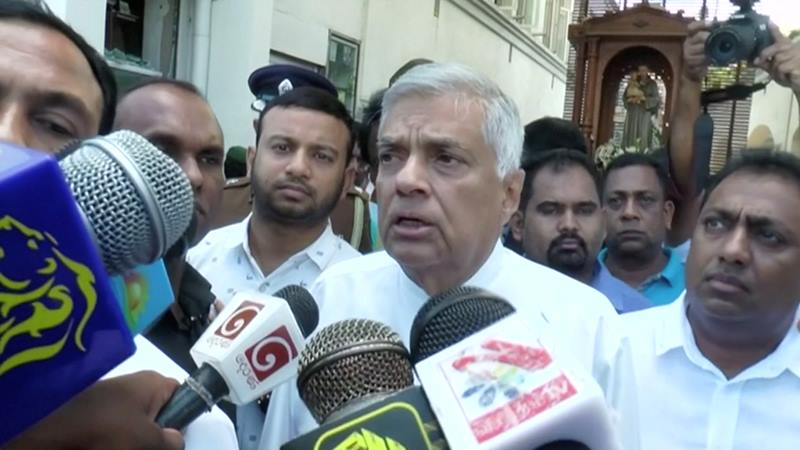 Perdana Menteri Sri Lanka Ranil Wickremesinghe berbicara kepada media di St. Anthony's Shrine di Kolombo, Sri Lanka, 21 April - Reuters