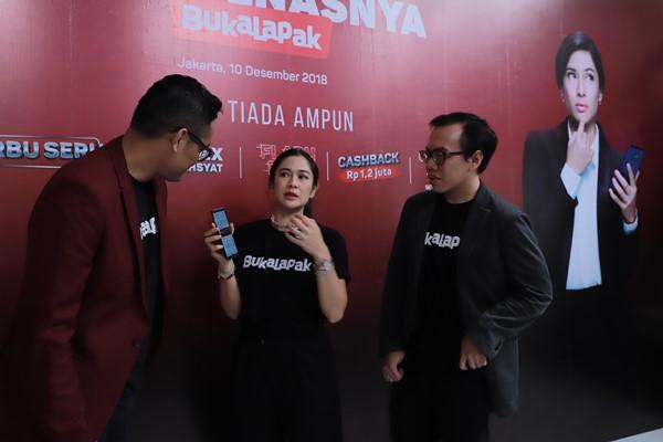 Vice President of Marketing Bukalapak Bayu Syerli, aktris Dian Sastrowardoyo, dan Co/Founder & Presiden Bukalapak Fajrin Rasyid dalam konferensi pers menyambut Harbolnas.