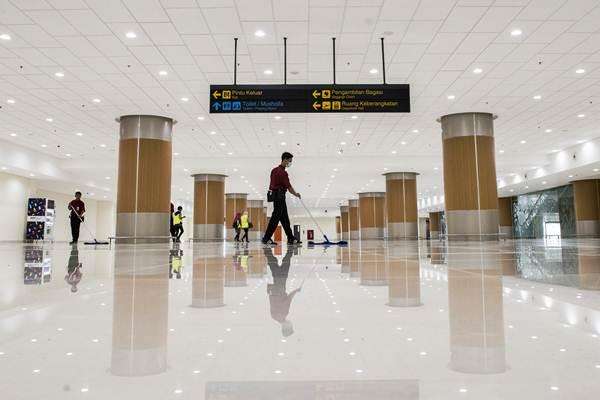 Pekerja membersihkan ruang pengambilan bagasi di Bandara Internasional Jawa Barat (BIJB) Kertajati, Majalengka, Jawa Barat, Kamis (24/5/2018). - ANTARA/M Agung Rajasa