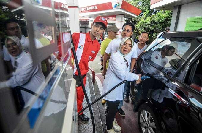 Direktur Utama Pertamina Nicke Widyawati (tengah) didampingi Direktur Pemasaran Masud Khamid (kanan) mengisi Bahan Bakar Minyak (BBM) jenis Pertamax pada mobil konsumen saat sidak ke SPBU Unsil, Kota Tasikmalaya, Jawa Barat, Minggu (10/2/2019). - ANTARA/Adeng Bustomi
