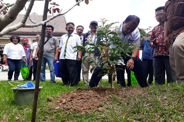 Staf Khusus Gubernur Sumatra Selatan Bidang Perubahan Iklim Najib Asmani menanam bibit pohon saat acara peresmian Forum Dangku-Meranti. - JIBI/Dinda Wulandari