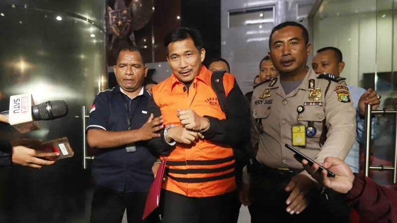 Anggota DPR Fraksi Golkar Bowo Sidik Pangarso (tengah) dibawa ke mobil tahanan usai menjalani pemeriksaan di Gedung KPK, Jakarta, Kamis (28/3/2019). - ANTARA/Reno Esnir