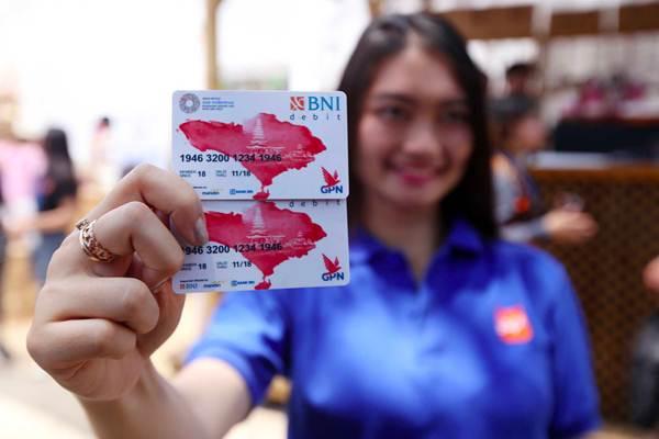 Petugas memperlihatkan Kartu Virtual Account Debit Bank BNI di arena Pertemuan IMF World Bank Group 2018, di Nusa Dua, Bali, Jumat (12/10/2018). - JIBI/Abdullah Azzam