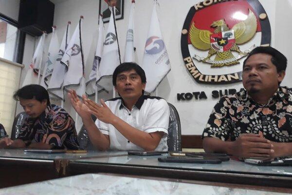 Ketua KPU Surabaya Nur Syamsi (tengah) saat konferensi pers menanggapi surat rekomendasi Bawaslu di KPU Surabaya, Senin (22/4/2019). - Bisnis/Peni Widarti