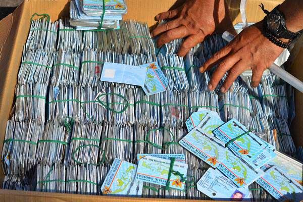 Tumpukan KTP Elektronik di Halaman Setda Kabupaten Tasikmalaya, Jawa Barat, Senin (17/12/2018). - ANTARA/Adeng Bustomi