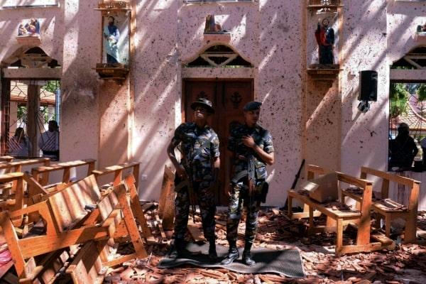 Anggota militer Sri Lanka berjaga di gereja lokasi ledakan di Negombo - Reuters